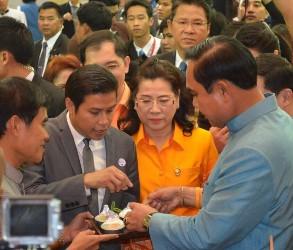 นกยกรัฐมนตรี ชิมชนมหม้อแกงถ้วย ซึ่งเป็นผลิตภัณฑ์รูปแบบใหม่ ของขนมหม้อแกงเมืองเพชรบุรี